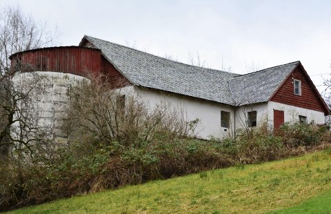 KULTURMINNE: Vestland fylkeskommune rår frå å riva løa på Undarheim gard på Husnes.