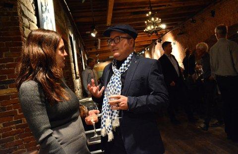 Gloger-leder Margit Åsarmoen diskuterer muligens klassisk musikk med Per Sundnes, innleid vert på neste års Glogerfestspill.