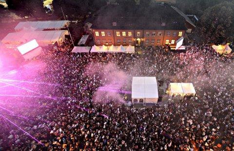 FOLKEFEST: Kygo samlet 11.000 på Kirketorget i 2016. Under a-ha-konserten neste år kan det bli 12.000. Da skal baren trekkes lenger bak på arenaen.