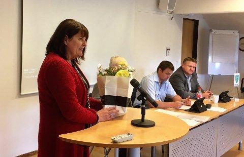 FIKK BLOMSTER: Ragnhild Vihovde Kaldestad slutter som oppvekstsjef for å bli pensjonist.