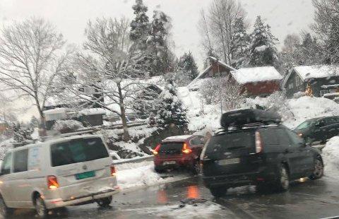 LURDALSVEIEN: Også her fikk bilister problemer tirsdag formiddag.