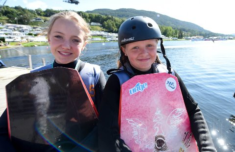TALENTFULLE JENTER: Pia Johnsen (t.v.) og Nora Hegge satser både på snøbrett og wakeboard. FOTO: OLE JOHN HOSTVEDT