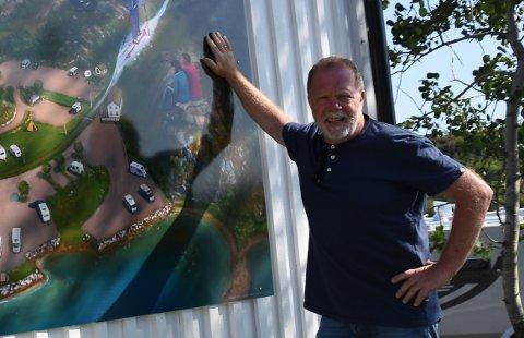 MANGE KUNDER: Kjell Normann har hatt full campingplass siste helga i april.