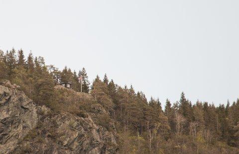 FOLKEFEST: Grillhytta på Ørneknipen i Kvås blir festlokale 17. mai om været på utesiden skulle svikte. Det hele streames på nettet.