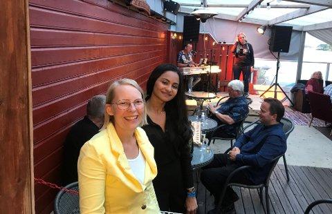 SISTE KONSERT: Siv Aavik (til venstre) og Jaciliane Theisen har grunn til å være fornøyde etter sommerens siste konsert på puben i Korshamn. På scenen Linda og Carl Inge.