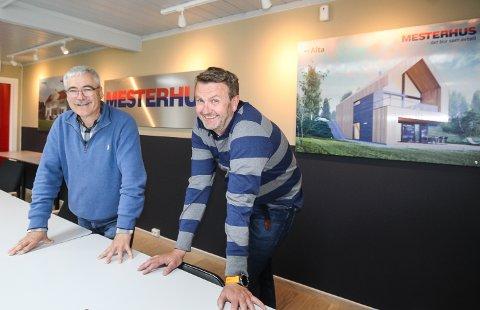 I STØTET: Ulf Larsen og Jørn Erik Ruud (t.h.) i Mesterbygg Moss opplever en uvanlig sterk pågang etter nye boliger. – Tidene har aldri vært bedre. Vi skulle bare ønske vi kunne få bygge mye mer, sier de to.