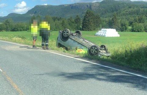 PÅ TAKET: En bil havnet på taket ved Namdalseid skole mandag formiddag. Ingen ble skadet i uhellet.