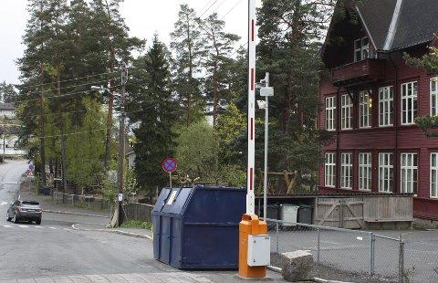 OMDISKUTERT: Bommen ved Steinerskolen har bedret forholdene for Solveien-beboere, men gitt økt trafikk andre steder. Foto: Aina Moberg