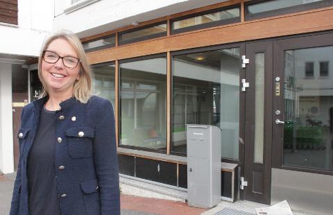 Ingvild Åsgård fra Nordstrand er kommunikasjonssjef for valg i Oslo. Her viser hun frem det nye forhåndsstemmelokalet på Lambertseter. Foto: Kristin Trosvik
