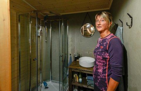 Badet har også Kari snekret. Hun har fått innstallert en dusj.