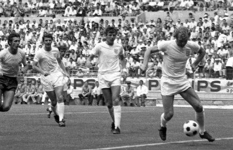 Tittelforsvarere: Englands kaptein Bobby Moore med ballen i kampen mot Romania. Fra venstre: Romanias Emerich Dembrowski og Englands Terry Cooper og Brian Labone. England slo Romania 1-0. Foto: AP/NTB scanpix