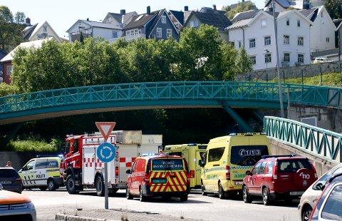 RØYKUTVIKLING: Utrykningskjøretøy ved tunnelinnslaget i Hansjordnesbukta.