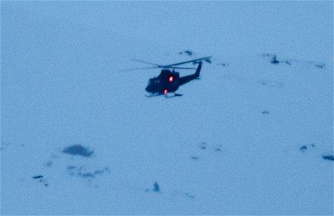SETTES INN: Et Bell-helikopter fra Forsvaret setter to personer inn i skredområdet fredag.