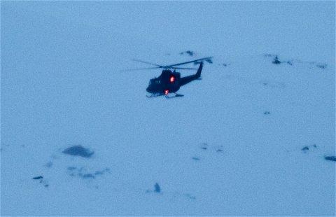 FLYS INN: Fredag satte Forsvarets Bell-helikopter ned to personer i skredområdet. Letemannskapene som nå skal starte graving må også flys inn med helikopter.