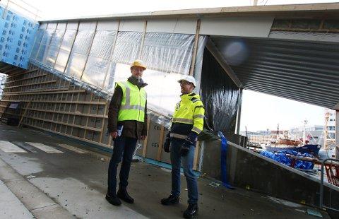 prosjektansvarlig Erik Wikran og kommunikasjonssjef Anders Vaaja Aspaas på byggeplassen ved Havneterminalen. Foto: Stian Saur