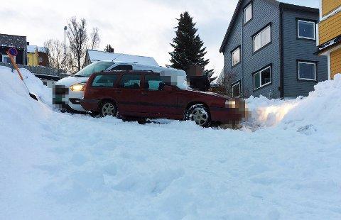NESTEN-ULYKKE: Det var såvidt at de to bilene krasjet ned den bratte bakken i Kræmervegen.