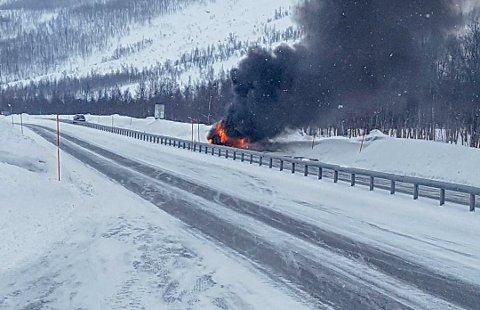 BILBRANN: Sjåføren kom seg ut av bilen da den begynte å brenne på E8 i Lavangsdalen.