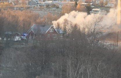 UTRYKNING: Røyken fra bilbrannen kunne sees godt i Tromsdalen onsdag morgen.