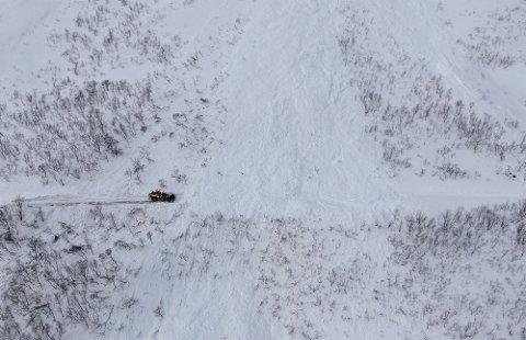 RYDDET VEIEN: Mesta brukte drøyt to timer på å åpne Fv 7768 på Kvaløya etter skredet søndag ettermiddag.