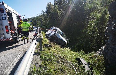 KJØRTE UTFOR: Bilen har fått hard medfart etter å ha kjørt utfor på E6 ved Bergneset. Sjåføren er hentet av ambulanse, men skal ha vært oppegående etter utforkjøringen.