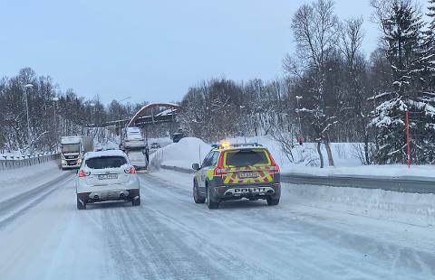 DIRIGERING: Politiet var mandag på plass for å dirigere trafikken i Tverrforbindelsen i Tromsø.