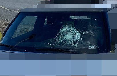 PÅKJØRSEL: Frontruta på bilen ble knust. Syklisten slapp unna med lettere skader.