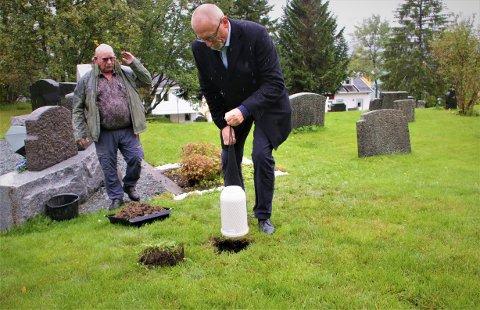 FØRSTE: Her legges den første urnen ned på Tromsø gravlund. Den som legger ned er Oddgeir Albertsen, som nylig har begynt i jobben som kirkeverge. Bak står Signor Hansen, kirketjener ved Tromsø gravlund.