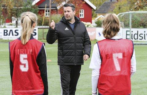 Tips: Russell Hullett gir skriftlig tilbakemelding til samtlige spillere etter treningsleiren.