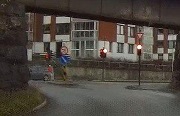 SNEIER: Her kommer den mørke bilen og sneier borti Geir Fossen.