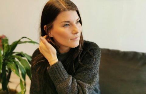 OPPFORDRING: Camilla Granum Selmer-Olsen har gradvis sett Landsbylivet stilne denne høsten. Nå håper hun mange benytter seg av lokale butikker, frisører, kafeer og restauranter når de skal handle til jul.