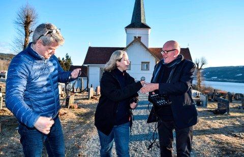 SER MULIGHETER: Kirkeverge Kurt Berg, trosopplærer Linda Chalin og sokneprest Øystein Wang har holdt gudstjeneste på Facebook. Mange andre følger etter. FOTO: SÆMUND MOSHAGEN