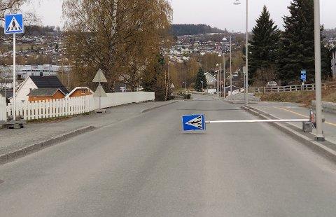 VELTET: Søndag morgen lå et midlertidig fotgjengerskilt veltet ut i veibanen i Østre Totenveg. Bortenfor lå tre lange planker spredt bortover på tvers av veien.