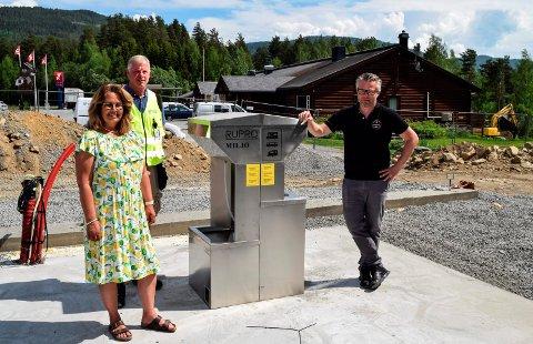 TØM OG TANK: Takket være samarbeid blir det nå både tømmestasjon for bobiler og ladeanlegg for elbiler ved Bjørnen i Odnes. F.v. ordfører Anne Hagenborg, prosjektleder Geir Hagen og kafédriver Ole André Heen-Olsen.