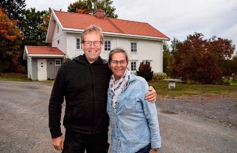 KJØPTE SEG KÅR: – Her skal vi bli gamle sammen, sier Tone og Christian Solberg etter å ha kjøpt og fått konsesjon på garden Sagsveen i Kolbu.