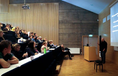 Auditoriet på Vestby vgs. var fullt av elever som hørte på Nyhaugs foredrag.