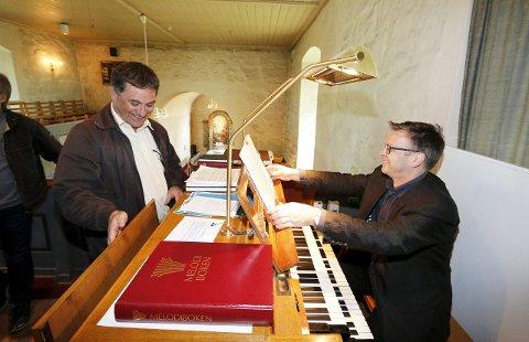 PAKKER SAMMEN: Orgelkomiteens Kurt Soltveit (til venstre) og kantor Ulf Krupka gleder seg til å si farvel til det gamle orgelet i Ski middelalderkirke. 22. november innvies det nye orgelet. FOTO: STIG PERSSON