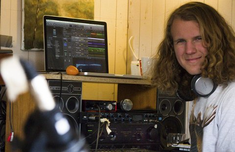 Sitt eget lille studio: Her i den gamle snekkerboden til far, snekrer Widmer musikken sin sammen til komplette låter. FOTO: Mikkel Moland