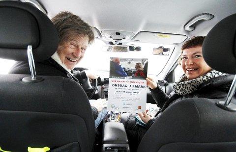 Gleder seg: Kjørelærer Cato Myhrvold og seniorkontakt Torgunn Lippestad Dahl i Ski ser frem til en ny runde med kurs for seniorbilistene. Det er et arkivbilde, så datoen på plakaten stemmer ikke helt.FOTO: STIG PERSSON