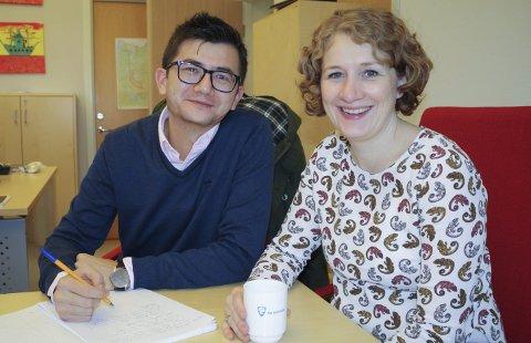 SPRÅKPRAKSIS: Bihyar Salim fra Uyghur i Kina kommer til ordfører Tuva Moflag to dager i uken for å få språkpraksis.  FOTO: KARIN HANSTENSEN