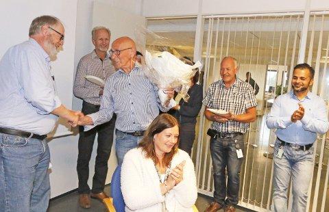 BLOMSTER: Regnskapssjef Torbjørn Hoel (til venstre) overrakte blomster og hyggelige ord til Kåre Nordhagen.