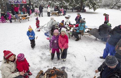 Stort oppmøte: Det var mange som hadde lagt søndagsturen til Hebekkskogen. Astrid Steines Rø og Astrid Kamilla Gundersen Bremnes koste seg rundt bålet sammen med mange andre turentusiaster.FOTO: Bjørn V. Sandness
