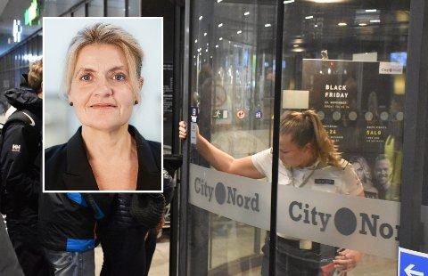 Bilde fra Black Friday-åpningen på City Nord i 2018 med forbrukerrådets direktør Inger Lise Blyverket innfelt.