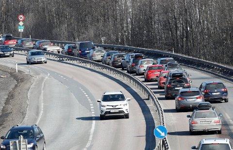 PENDLERE: Bilkø mellom Hokksund og Vestfossen på E 134 i retning Drammen og Oslo tidlig på ettermiddagen.