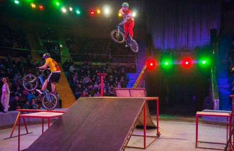 STUNTSYKLISTER: Det blir BMX-akrobatikk i manesjen.