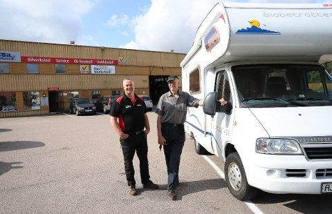 TRIVES MED BILER OG FOLK: Ørjan Eriksen (51) hjelper Ole-Johan Bergersen med reparasjon av biler. Foto: Inger Eide Nordseth