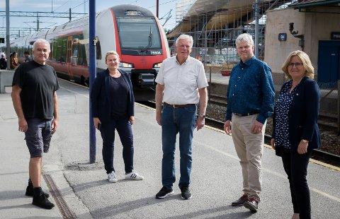 HÅPER PÅ ORDFØREREN: Helge Bunæs (H), Cecilie Dahl-Jørgensen Pind (H), Gunnar Vegsgaard (Pp), Tønnes Steenersen (Frp) og Anne Kristine Linnestad (H) håper ordføreren tar saken saken om Østre linje og hensettingsspor opp igjen i august. I bakgrunnen kommer toget fra Østre linje inn på Ski stasjon.