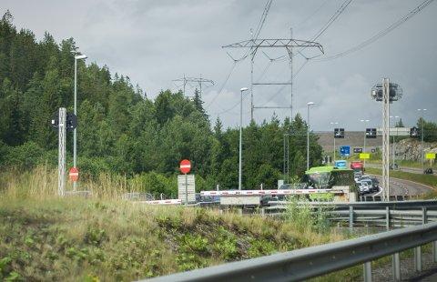 Lange køer på E6 utenfor Nøstvettunnelen. Da ØB passerte stedet i fire-tiden, strakk køen seg tilbake til viltovergangen ved Assurtjern.