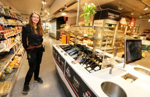 JEVNT: Det har vært mye kunder innom Meny Langhus i påskeuken, men de har spredt seg mer utover i uka enn vanlig, forteller butikksjef Anita Tveter.