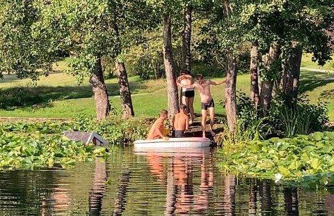 Hankattene rydder opp: Fire medlemmer av Hankattene st. 1902 måtte rydde huset opp av dammen søndag.