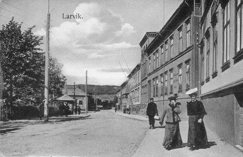 Larviks eldste gate: Storgata i Larvik er Larviks eldste gate. Nå må den kjempe med Staverns Storgaten om å få beholde navnet sitt. Bildet er fra 1910, sånn omtrent.